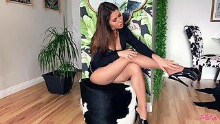 Handsome Paige Owens drops her panties to pleasure her cravings