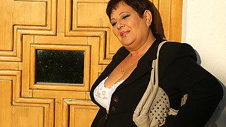 Mature Mariette Gets Stuffed On The Toilet - MatureNL