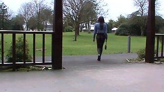 Mooie crossdresser heerlijke gerokte billen loopt buiten