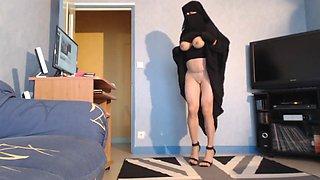 Musulmane seins nus en niqab et jilbab