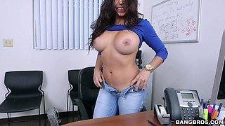Bit tits secretary Julianna Vega drops on her knees to blow