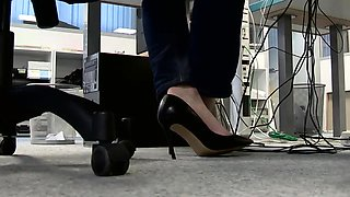 Amateur lady in high heels plays out her foot fetish fantasy
