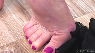 Red haired chubby mature nympho Christine White gives damn nice head