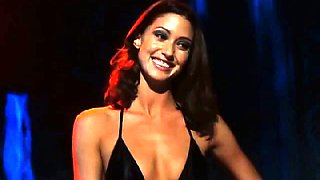 Here is Shannon Elizabeth topless does strip dance in this